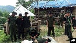 ສົບນັກລົບເຜົ່າ Kachin ຄົນນຶ່ງທີ່ເສຍຊີວິດ ໃນການສູ້ລົບກັບທະຫານມຽນມາ (15 ມິຖຸນາ 2011)