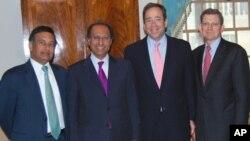 وزیر خزانہ حفیظ شیخ پاکستان اور افغانستان کے لیے خصوصی نمائندے مارک گروسمین، معاون وزیر خارجہ رابرٹ نائڈز، اور امریکہ میں پاکستانی سفیر حسین حقانی کے ساتھ واشنگٹن میں۔