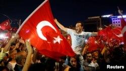 Warga Turki memenuhi Lapangan Taksim di pusat kota Istanbul untuk meneriakkan dukungan bagi Presiden Tayyip Erdogan, Sabtu (16/7).