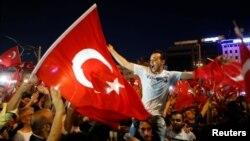 2016年7月16日土耳其总统埃尔多安的支持者聚集在位于伊斯坦布尔市中心的塔克西姆广场。