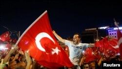 Prezident Rəcəb Tayyib Ərdoğanın tərəfdarları Taksim meydanında. İstanbul, 16 iyul, 2016.