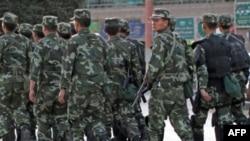 Cảnh sát vũ trang Trung Quốc tuần tra một khu vực của người sắc tộc Uighur tại Kashgar, tỉnh Tân Cương, ngày 4/8/2011