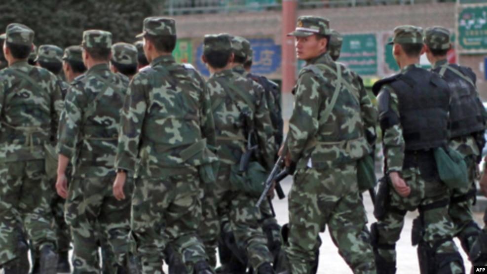 Tư liệu- Cảnh sát vũ trang Trung Quốc tuần tra một khu vực của người sắc tộc Uighur tại Kashgar, tỉnh Tân Cương, ngày 04 tháng 08 năm 2011.