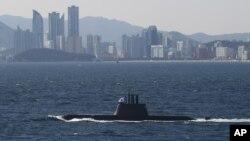 지난해 10월 한국 부산 앞바다에서 열린 광복·해군 창설 70주년 관함식에서, 한국 해군의 1천800t급 최신예 잠수함 안중근함이 해상사열을 하고 있다.