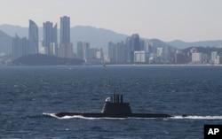 지난해 10월 한국 부산 앞바다에서 열린 광복·해군창설 70주년 관함식에서, 한국 해군의 1천800t급 최신예 잠수함 안중근함이 해상사열을 하고 있다.