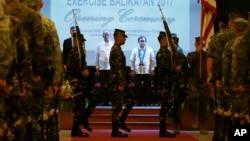 De izquierda a derecha, el embajador de EE.UU. en Filipinas, Sung Kim, el ministro de Defensa filipino, Delfin Lorenzana, y el subsecretario de Relaciones Exteriores Ariel Abadilla, asisten a la ceremonia de inauguración de los ejercicios miliatres conjuntos en Filipinas.