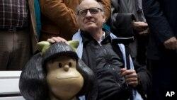 Quino, de 82 años, llegó a la ceremonia en silla de ruedas y recibió emocionado el reconocimiento.