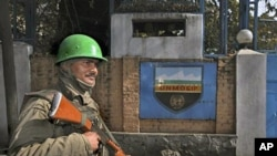 An Indian paramilitary soldier stands guard outside the office of UN Military Observer Group in India and Pakistan (UNMOGIP) in Srinagar, 27 Oct 2010