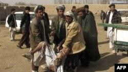 Dân chúng giúp đưa thi hài nạn nhân ra sau vụ tấn công tự sát