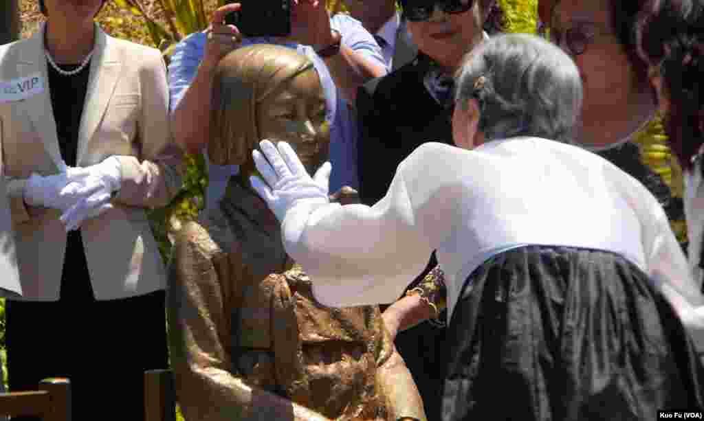 金婆婆抚摸少女慰安妇塑像的面颊