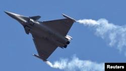 """被印度空军选中的法国达索公司制造的阵风战机在班加罗尔举行的""""2013年印度航空展""""开幕式上升空表演。"""
