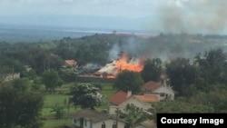 Le palais de Rwenzururu dans l'ouest de l'Ouganda incendié après l'arrestation du roi et de la reine, 27 novembre 2016.