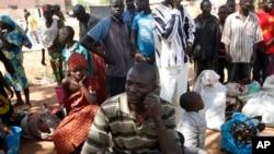 'Yan gudun hijira sandiyar hare-haren 'yan Boko Haram sun karban kayayyakin agaji da suka hada da abinci a sansanin 'yan gudun hijira a Yola.