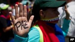 Manifestante se prepara para la arremetida de la Guardia Nacional bolivariana, en la Universidad Central de Venezuela, en Caracas.