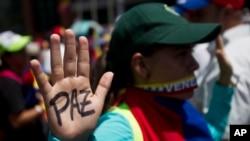 A Daniel Ceballos se le imputan delitos de presunta vinculación con rebelión y asociación ilegal para cometer actividad criminal, previstos y sancionados en el Código Penal de Venezuela.