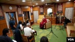 西藏精神领袖达赖喇嘛在达兰萨拉接受美国之音专访。(2019年6月11日)
