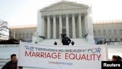 27일 미국 워싱턴의 연방대법원 앞에서 동성혼을 지지하는 시위대.