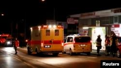 Các nhân viên cấp cứu làm nhiệm vụ tại khu vực nơi xảy ra vụ tấn công hành khách đi tàu bằng rìu gần thành phố Wuerzburg, 19/7/2016.