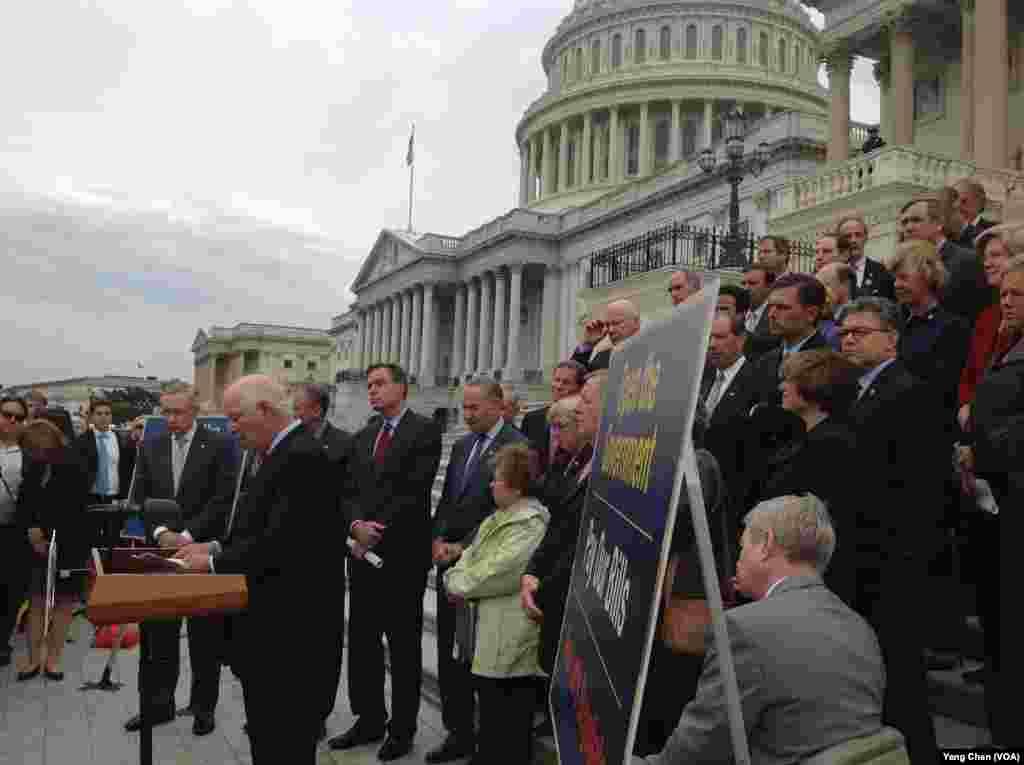 参院民主党人集体出动在国会大厦外举行记者会指责共和党人造成政府关闭(美国之音杨晨拍摄)