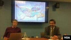 Professor Adib Xolid (o'ngda) AQSh poytaxtidagi Jorj Vashington universitetida kechgan davra suhbatida, 15-mart, 2016