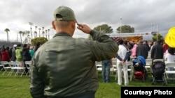 Một cựu quân nhân chào cờ VNCH trong buổi Lễ Tưởng Niệm Quốc Hận năm thứ 40, tổ chức tại sân vận động trường trung học Bolsa Grande, Garden Grove, chiều Thứ Bảy, ngày 25 Tháng Tư. (Ảnh: Người Việt)