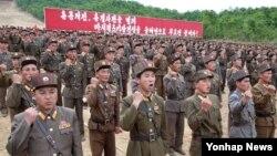 북한 원산 마식령스키장 건설현장에서 북한 군인들이 김정은 국방위원회 제1위원장의 호소문에 따라 올해 안으로 스키장건설을 마칠 것을 다짐하는 궐기대회를 지난 5일 열었다고 6일 조선중앙통신이 보도했다.
