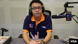 Kong Divin, the 2nd place winner of Microsoft World Championship 2015 in Texas, gives an interview at VOA Khmer Studio, Phnom Penh, August 20, 2015. (Nov Povleakhena /VOA Khmer)