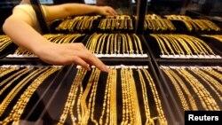 中国湖北武汉一家金店的雇员在摆放黄金珠宝首饰。(资料照片)