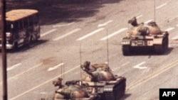 Sinh viên Vương Duy Lâm cầm túi đựng sách vở đứng trước đoàn xe tăng Bát Nhất lại Quảng trường Thiên An Môn năm 1989. Anh Vương Duy Lâm đã bị xe tăng cán chết sau khi bức ảnh được chụp