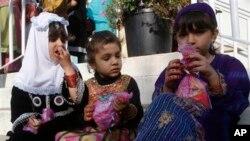 Trẻ em Hồi giáo Mỹ ngồi chơi bên ngoài 1 trung tâm Hồi giáo ở Bay Shore, New York, 26/10/2012