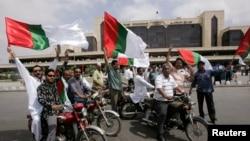 12 مئی 2007ء کو لی گئی ایک تصویر جس میں اس وقت کے فوجی صدر پرویز مشرف کی حامی جماعت ایم کیو ایم کے چند کارکن کراچی کے ایئرپورٹ کے سامنے نعرے بازی کر رہے ہیں جہاں اس وقت کے معزول چیف جسٹس کو آنا تھا۔ (فائل فوٹو)