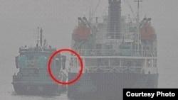 지난 17일 오전 9시 동중국해 공해상에서 북한 선박 '남산8'호(오른쪽)와 국적 미상의 선박 사이에 불법 환적이 이뤄지는 것으로 의심되는 사진을 일본 정부가 공개했다. 사진 제공: 일본 방위성.