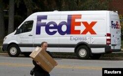Un trabajador hace una entrega en Wilmette, Illinois, Oct. 27, 2015.