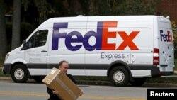 FOTO ARSIP: Minibus pengirim paket milik FederalExpress mengirimkan paket untuk dikirimkan di Wilmette, Illinois, 27 Oktober 2015 (foto: Reuters/Jim Young/Foto Arsip)