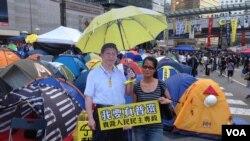 佔領人士在香港金鐘佔領區與習近平撐黃傘紙板合照(美國之音海彥拍攝)