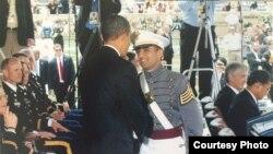 کیپٹن سمرت پال سنگھ 2010 میں ویسٹ پوائنٹ سے گریجوایشن کے موقع پر صدر براک اوباما سے ہاتھ ملا رہے ہیں۔