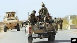 30일 아프가니스탄 정부군이 군사작전 수행을 위해 카불 북부 쿤두즈 시로 들어서고 있다.