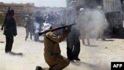Chiến binh NTC giao tranh để giành quyền kiểm soát các cứ địa còn lại của cựu lãnh tụ Moammar Gadhafi