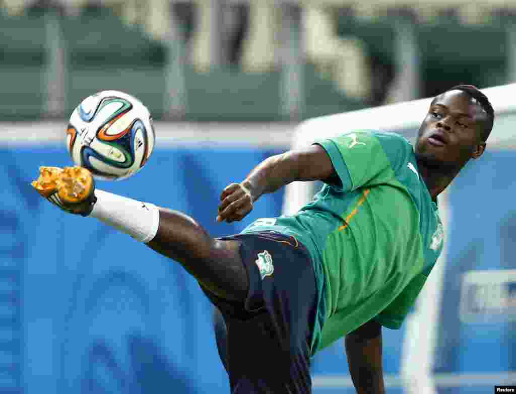 Ivory Coast national team midfielder Ismael Diomande plays with a ball during practice at Castelo Stadium in Fortaleza June 23, 2014. REUTERS/Mike Blake (BRAZIL - Tags: SPORT WORLD CUP SOCCER) - RTR3VD8O