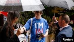 20일 영국의 EU 탈퇴 여부 국민투표를 앞두고 런던 시내에서 한 학생이 잔류 캠페인을 벌이고 있다.