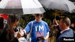 2016年6月20日,支持英国留在欧盟的学生乔治·史密斯公投前在伦敦街头拉选票。