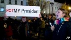 Mientras se repiten las protestas, continúan las reuniones republicanas en la Trump Tower de Manhattan en Nueva York, enfocadas a la formación del Gobierno que le acompañará en la Casa Blanca, donde entrará por primera vez como presidente el próximo 20 de enero.