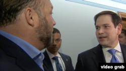 El senador republicano por Florida, Marco Rubio, y el teorizador de conspiraciones Alex Jones