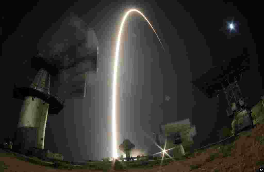 Tàu không gian Soyuz TMA- 10M đưa phi hành đoàn mới lên Trạm vũ trụ quốc tế ISS phóng đi từ trung tâm không gian Baikonur do Nga thuê ở Kazakhstan. Tàu Soyuz của Nga mang theo phi hành gia Michael Hopkins của Mỹ, Oleg Kotov và Sergey Ryazanskiy của Nga.