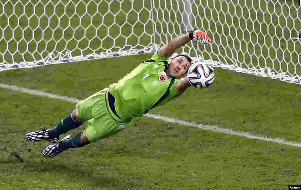 28일 브라질 리우데자네이루에서 열린 월드컵 16강전 콜롬비아와 우루과이의 경기에서 콜롬비아 골키포 다비드 오스피나가 슛을 막아내고 있다.