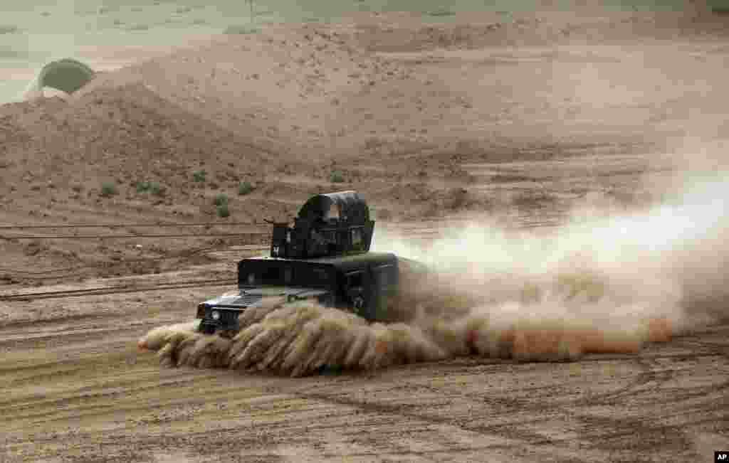 Một chiếc xe bọc thép của quân đội Iraq chuẩn bị để tấn công những kẻ cực đoan Nhà nước Hồi giáo tại thành phố Tikrit, 130 km về phía bắc thủ đô Baghdad.