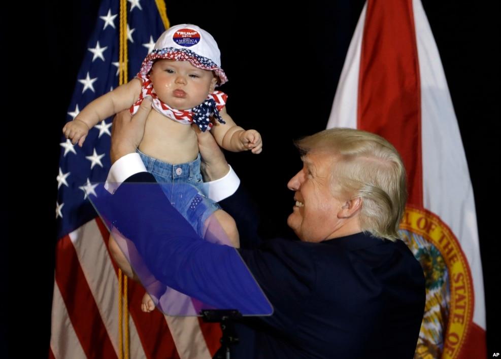 2016年11月5日,川普在競選活動中抱著一個嬰兒