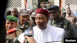 Presiden petahana Niger Mahamadou Issoufou berbicara kepada jurnalis usai memberikan suara dalam pemilu (21/2). (Reuters/Joe Penney)