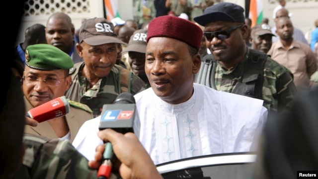 Niger's incumbent President Mahamadou Issoufou speaks to journalists after voting during the country's presidential and legislative elections in Niamey, Niger, Feb. 21, 2016.