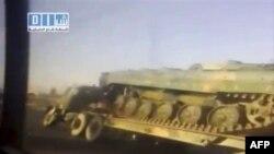 Amaterski snimak kolone transportera sa tenkovima na putu ka sirijskom gradu Dara
